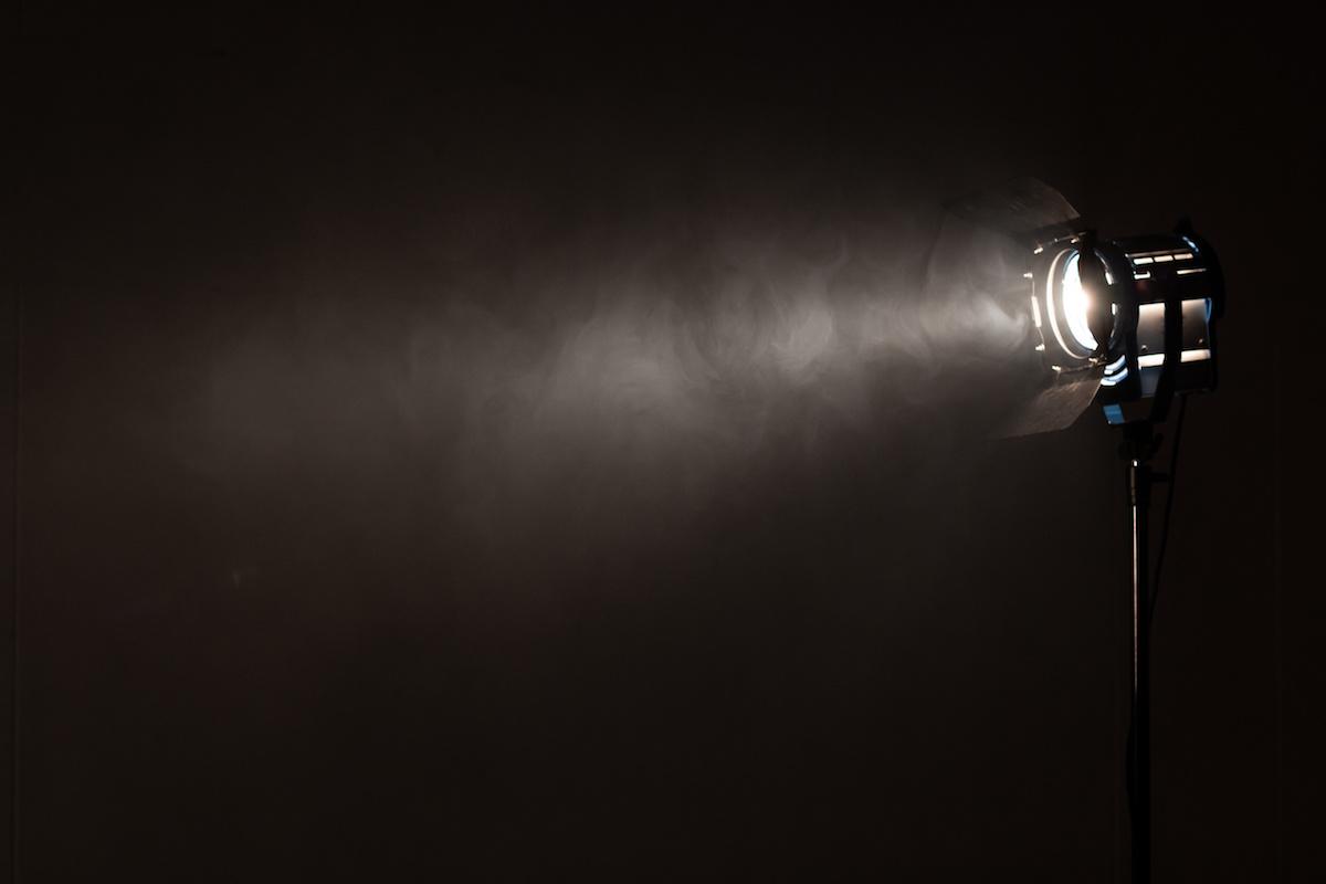 ไฟหลักคืออะไร? เรียนรู้ว่าแสงหลักสร้างเอฟเฟกต์ภาพยนตร์ที่แตกต่างกันอย่างไร