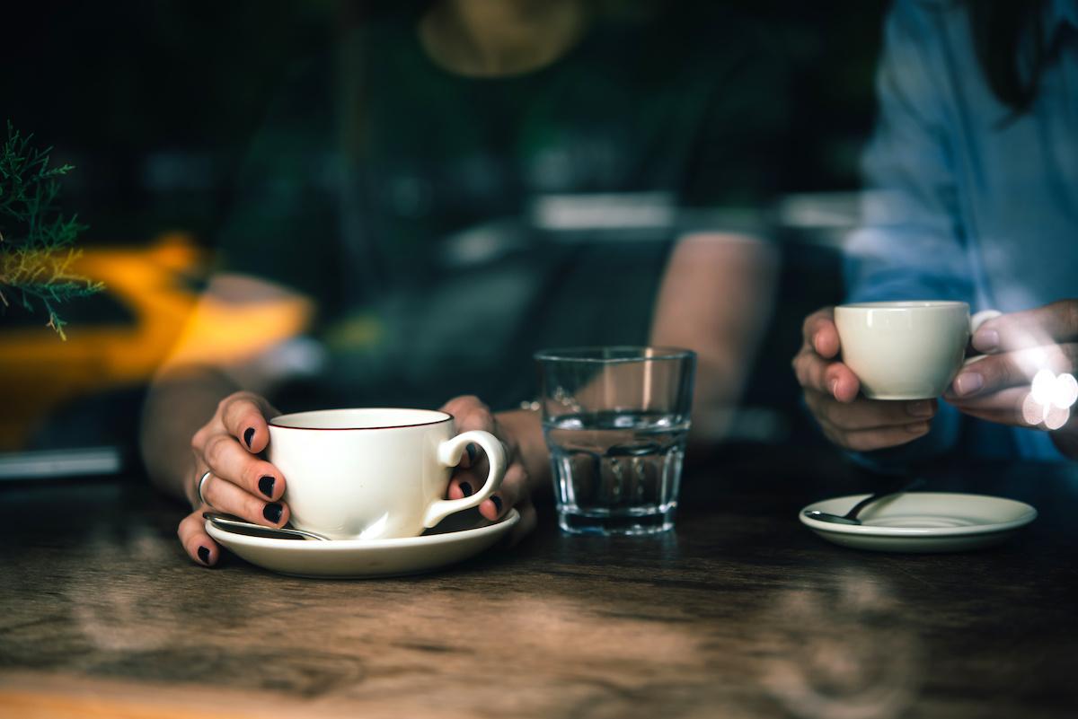ボディーランゲージの読み方: 非言語的な手がかりを認識する 10 の方法