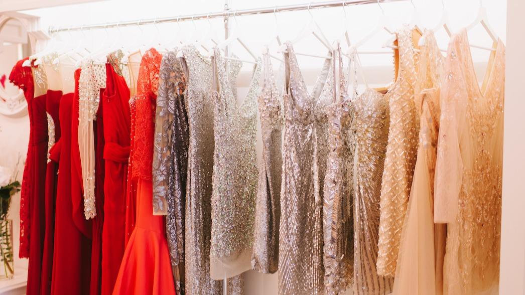 Guide de la robe fourreau : 3 conseils pour coiffer la robe moulante