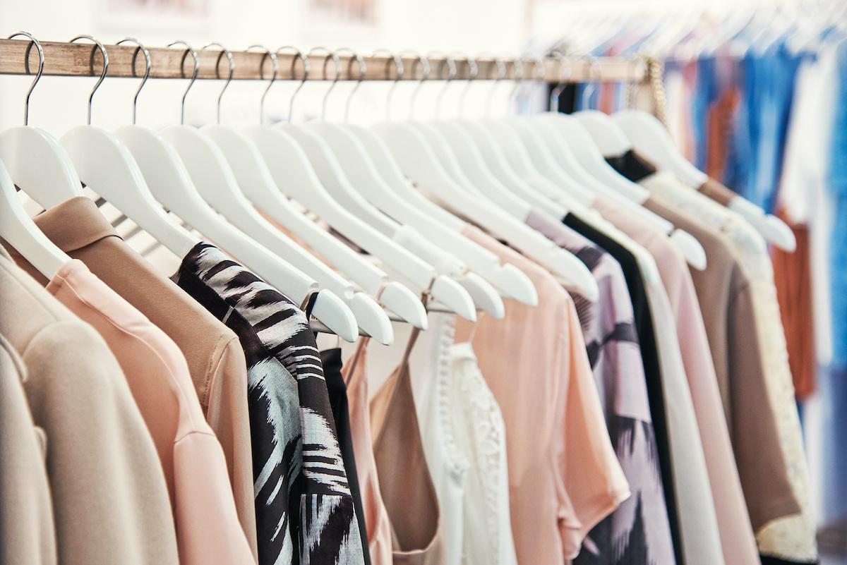 Guide de la robe droite: explorez la silhouette de la robe droite