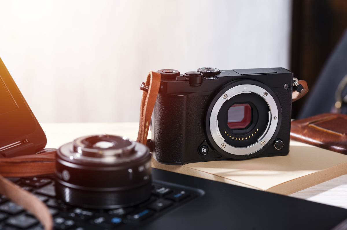 Qu'est-ce qu'un appareil photo sans miroir et comment se compare-t-il à un reflex numérique ?