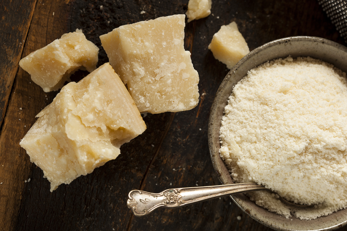 Hva er Parmigiano Reggiano Cheese? En guide til bruk av parmesanost på kjøkkenet ditt