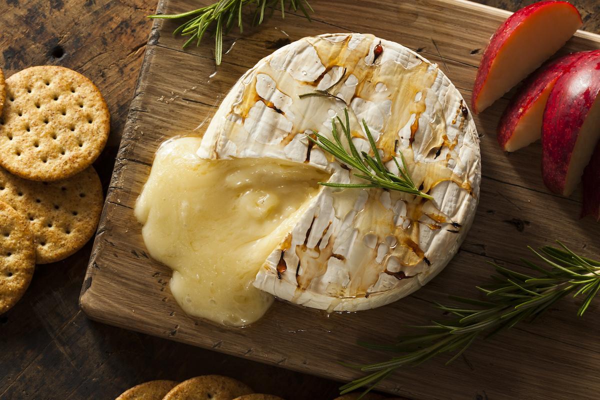 Как запечь сыр бри: рецепт легкого запекания бри
