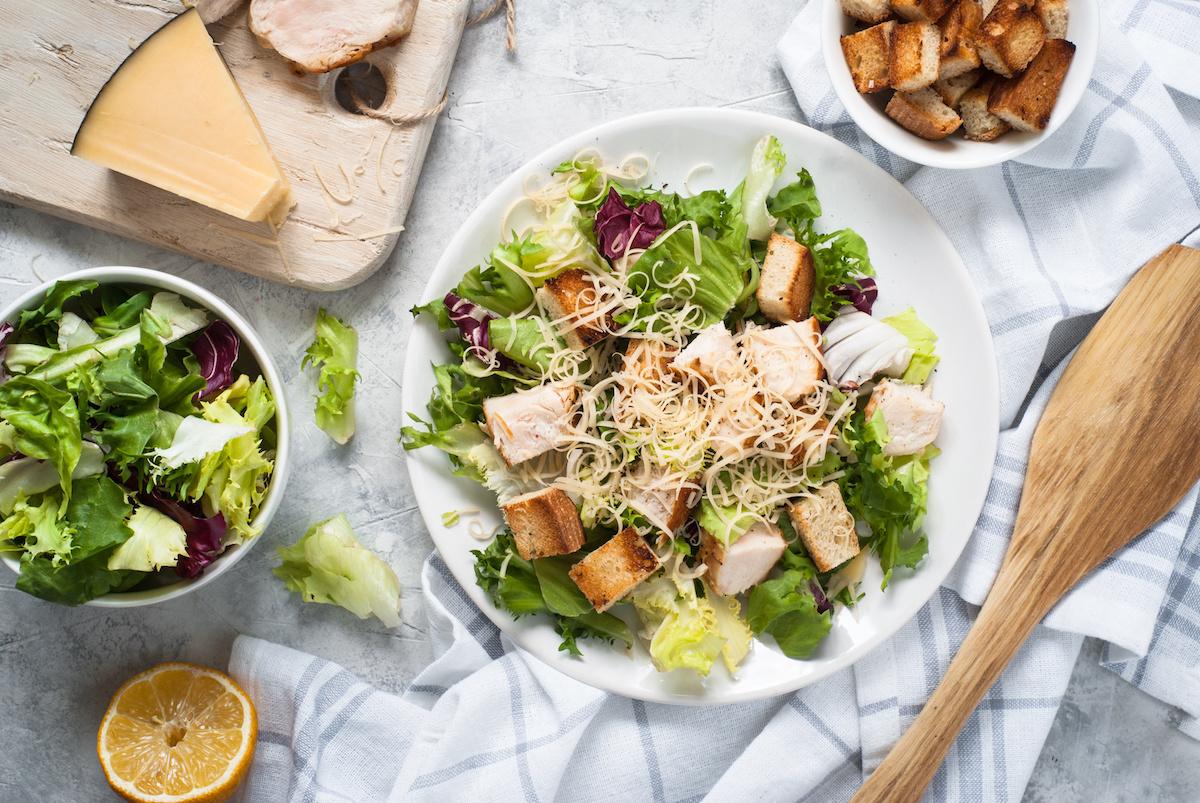 Come preparare l'insalata Caesar: ricetta facile dell'insalata Caesar con condimento per insalata Caesar fatto in casa