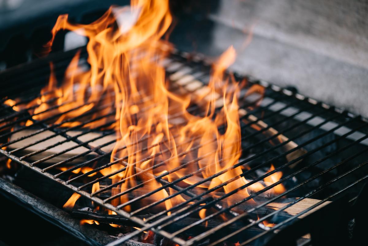 BBQ 101: impara come accendere il fuoco del barbecue in una griglia a legna e carbone