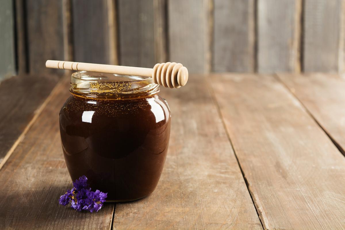 Sötét méz vs. világos méz: A sötét méz előnyei