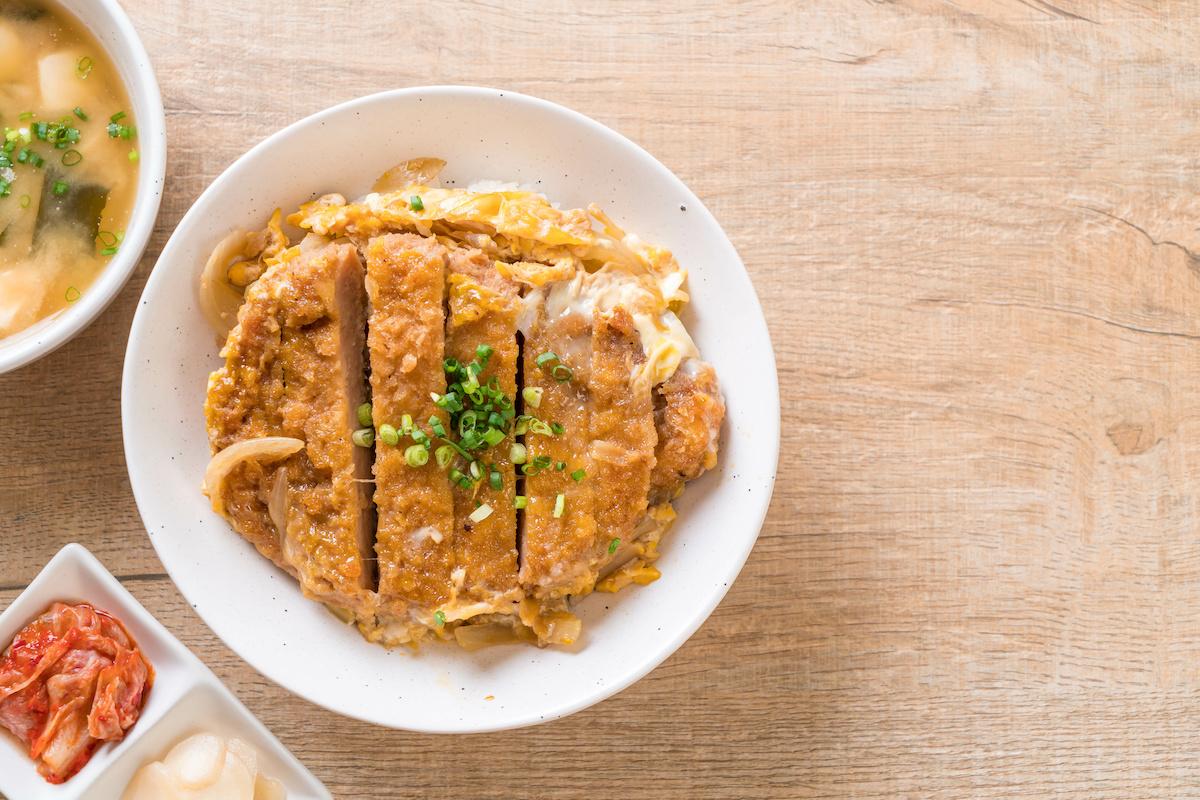 Recette de Katsudon: Comment faire un bol de riz aux escalopes de porc japonais