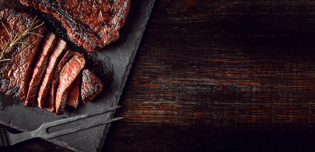 Apprenez à griller : recette de steak grillé avec beurre aux herbes