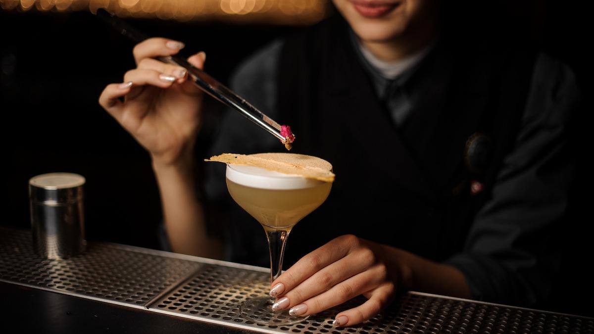 Slik pynter du en cocktail: 11 ideer om cocktailgarnering