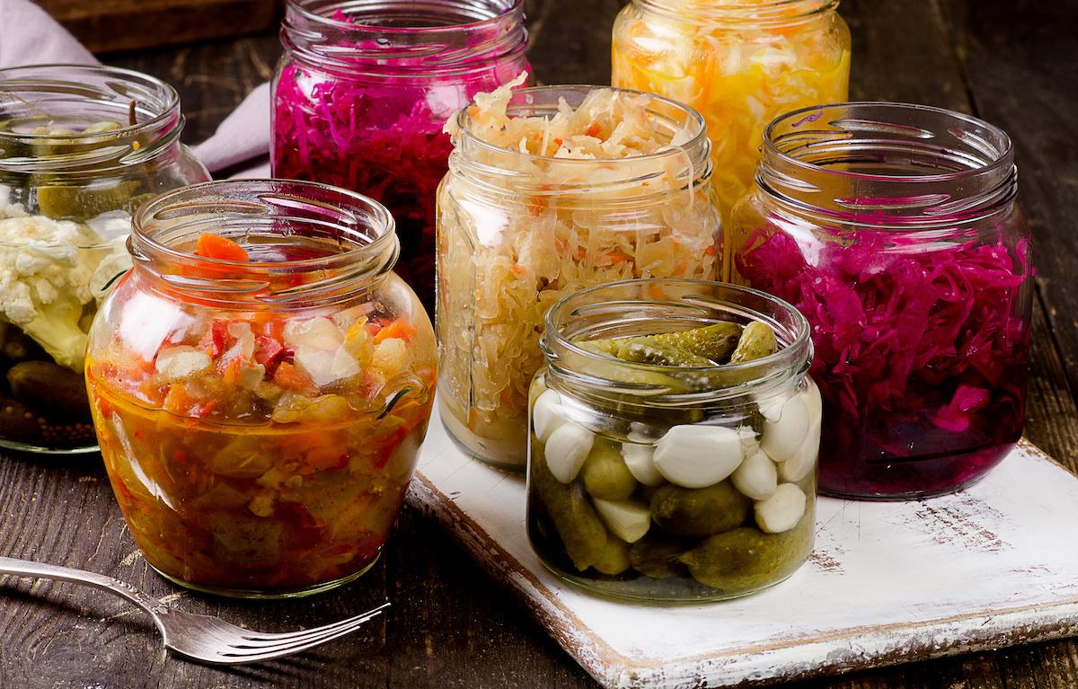 घरेलू खाद्य संरक्षण के लिए एक गाइड: घर पर अचार, कैन, किण्वन, सूखा और परिरक्षण कैसे करें