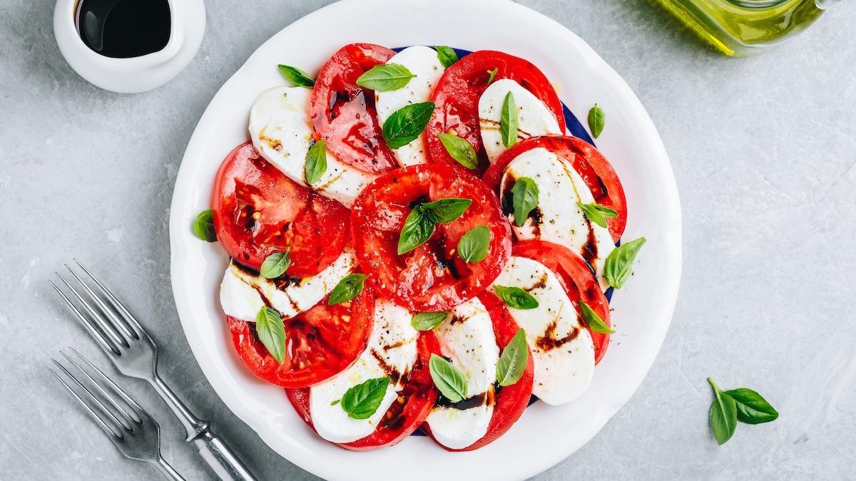 Comment faire une salade Caprese: Recette classique de salade Caprese