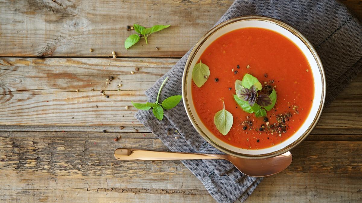 Ako si vyrobiť paradajkovú bazalkovú polievku: recept na vegánsku paradajkovú polievku