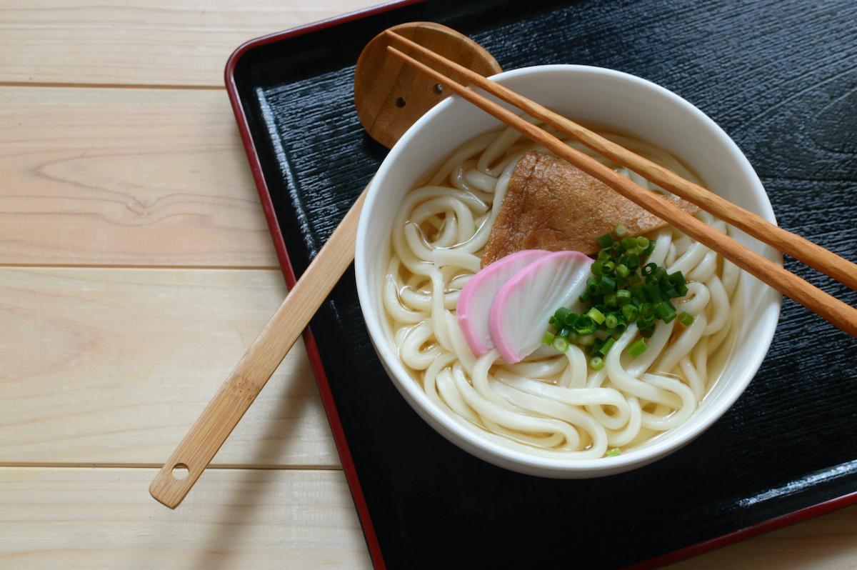 สูตร Kitsune Udon: วิธีทำซุป Kitsune Udon
