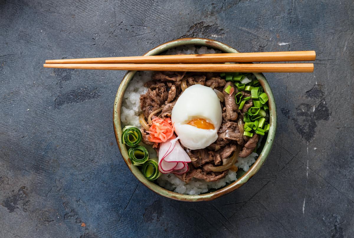 8 types de donburi : un guide des bols de riz japonais