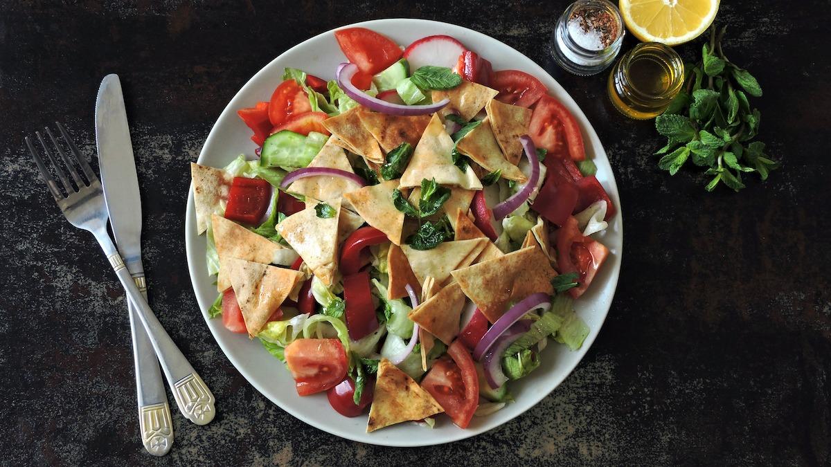 Comment faire Fattoush: Recette classique de salade de pita Fattoush