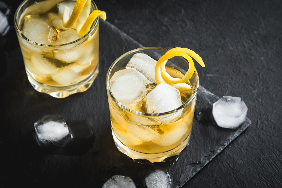 Comment garnir un cocktail d'un zeste d'agrumes