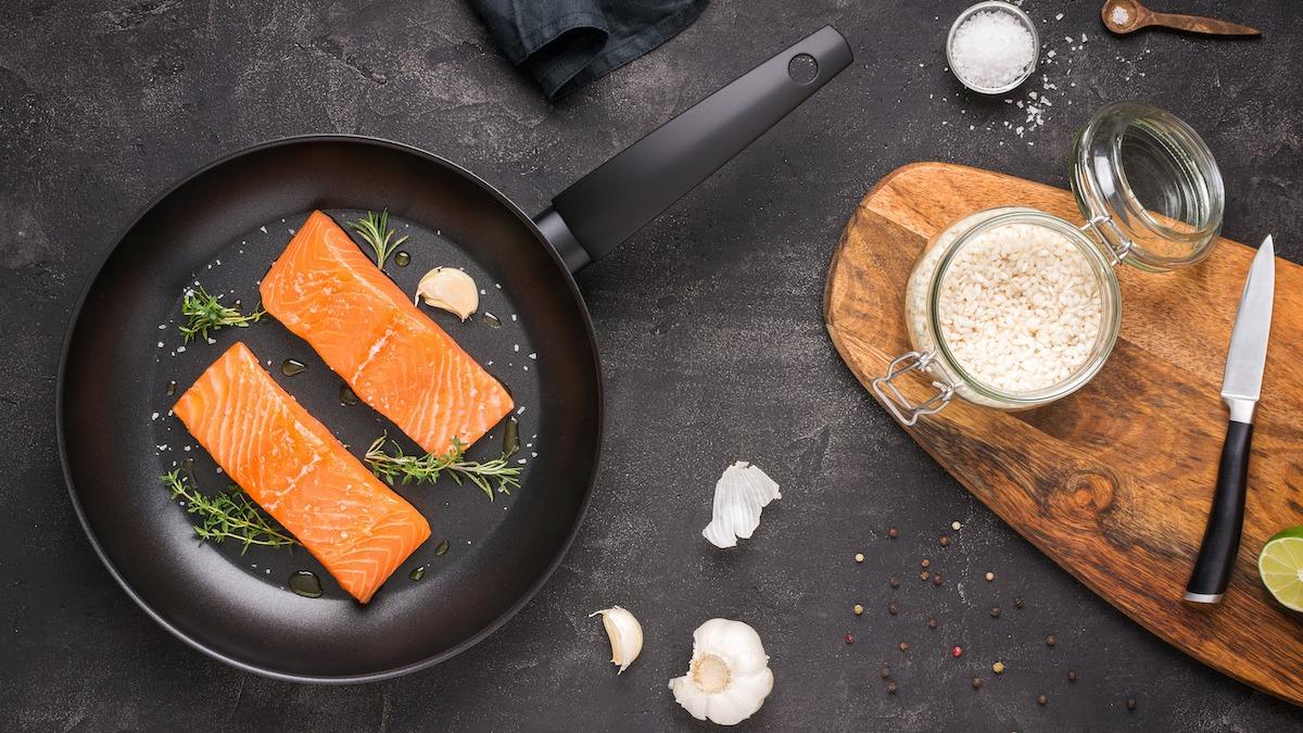 Come scottare il salmone in padella: ricetta facile di salmone scottato in padella