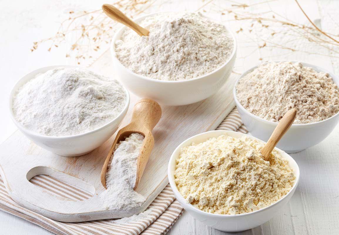Un guide culinaire des types de farine: différence entre la farine non blanchie et blanchie, et comment utiliser la farine de blé, d'avoine, de son, de pâtisserie et tout usage
