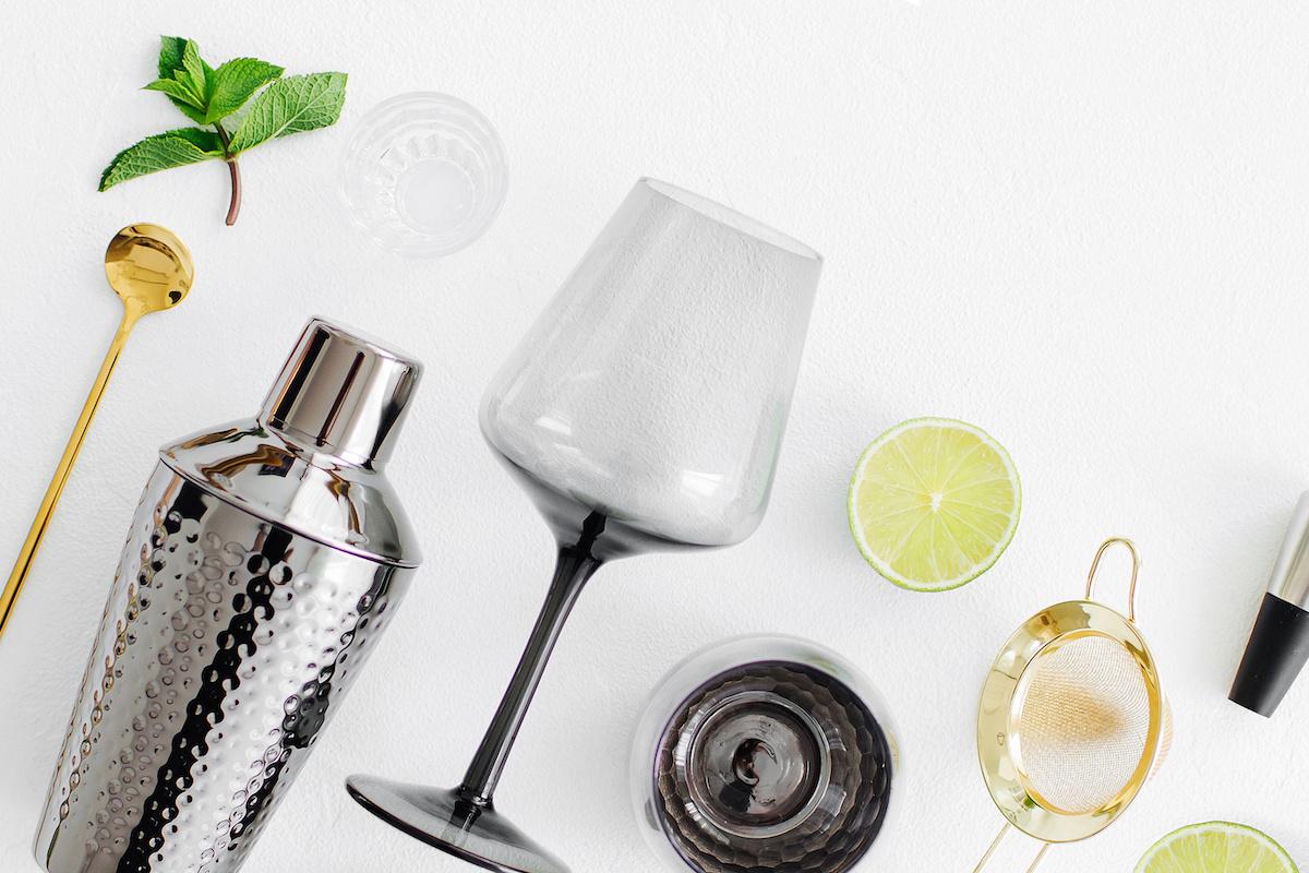 Comment approvisionner votre bar à domicile: liqueurs, mélangeurs et outils essentiels