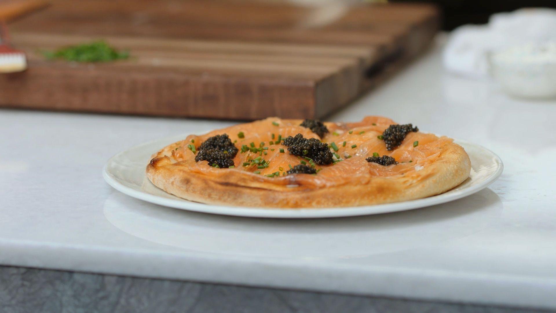 वोल्फगैंग पक का सिग्नेचर स्मोक्ड सैल्मन पिज्जा पकाने की विधि Spago . से