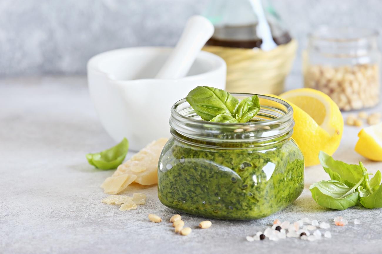 Könnyű házi bazsalikomos pesto recept: Hogyan készítsünk pesztót (recept és tippek)