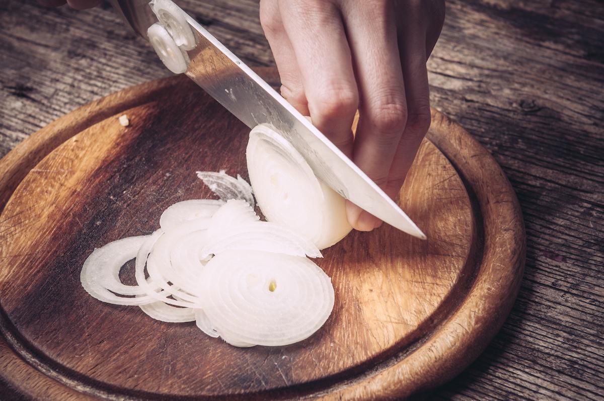 Kuidas sibulat tükeldada (videoga): parimad viisid sibula hakkimiseks
