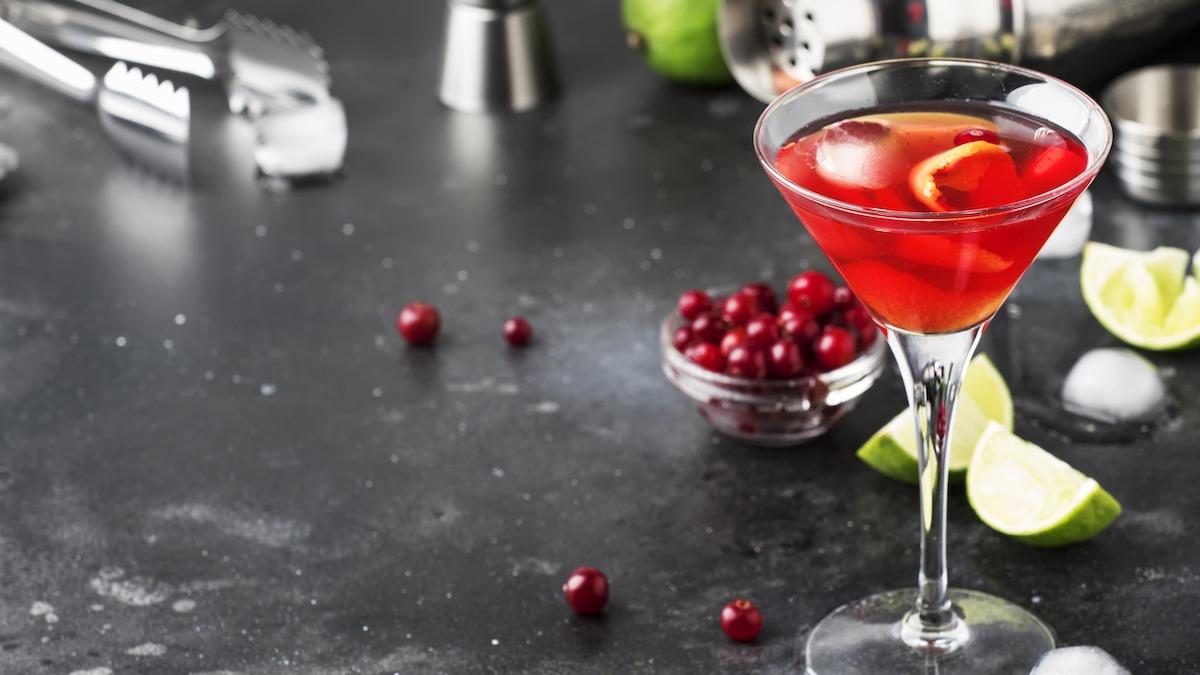 Kuidas teha Cosmo kokteili: klassikaline Cosmopolitani retsept
