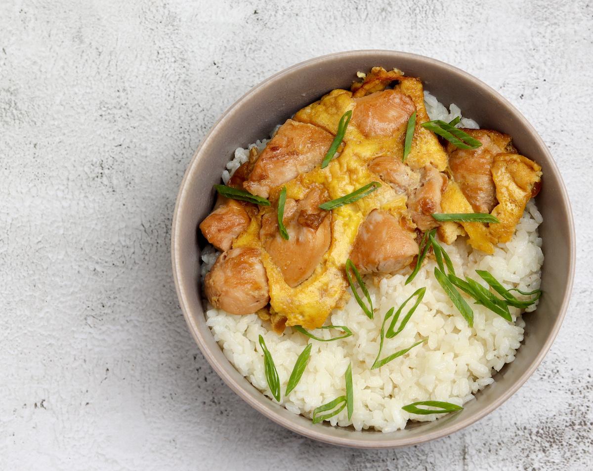 Recette Oyakodon: Comment faire un bol de riz aux œufs et au poulet