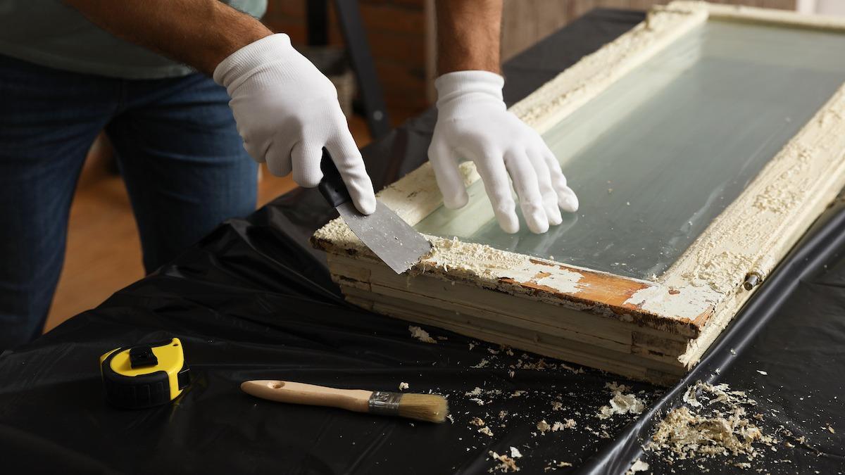 Como remover tinta da madeira: 3 maneiras de descascar tinta velha