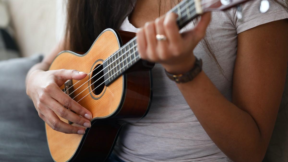 Pozicioniranje roke ukulele: Kako pravilno držati ukulele