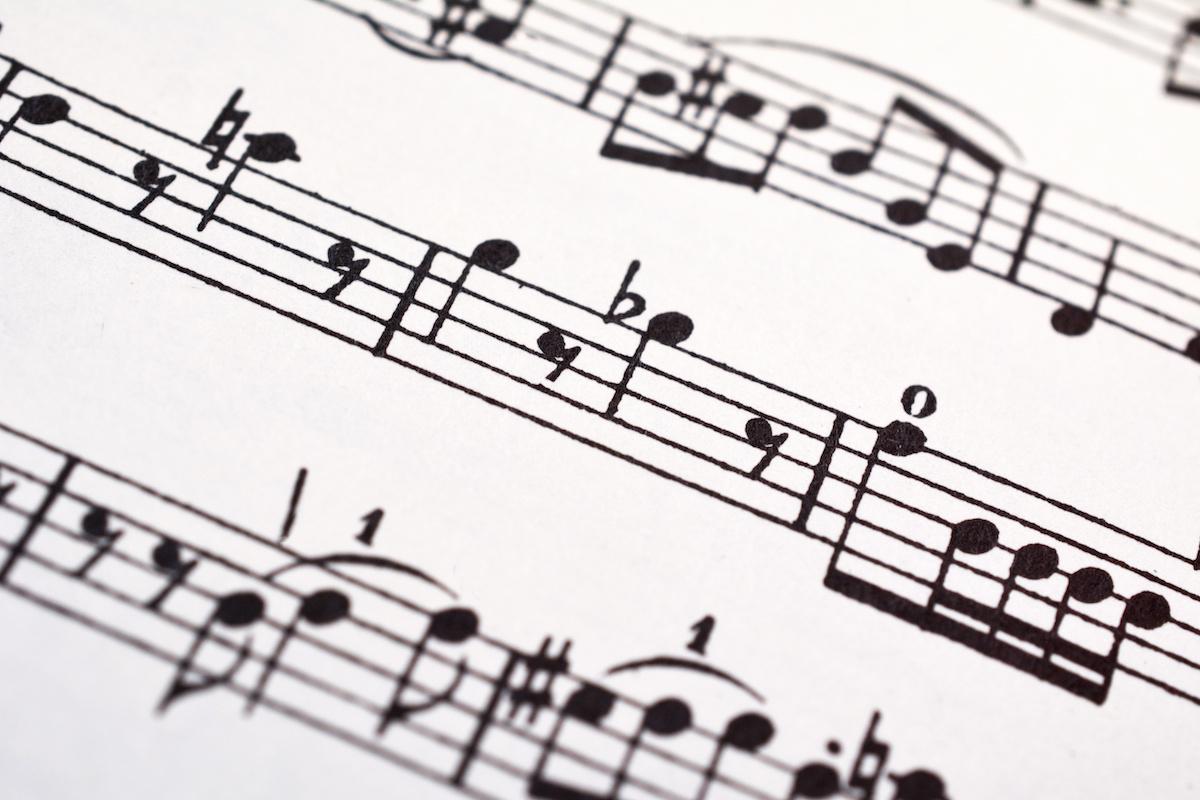 Musique 101: Que sont les notes plates? En savoir plus sur les notes plates dans la musique avec des exemples