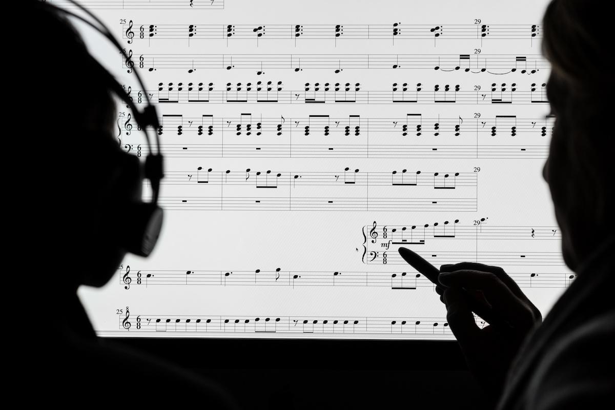 Comment transposer des accords: apprendre à changer de tonalité tout en jouant de la musique