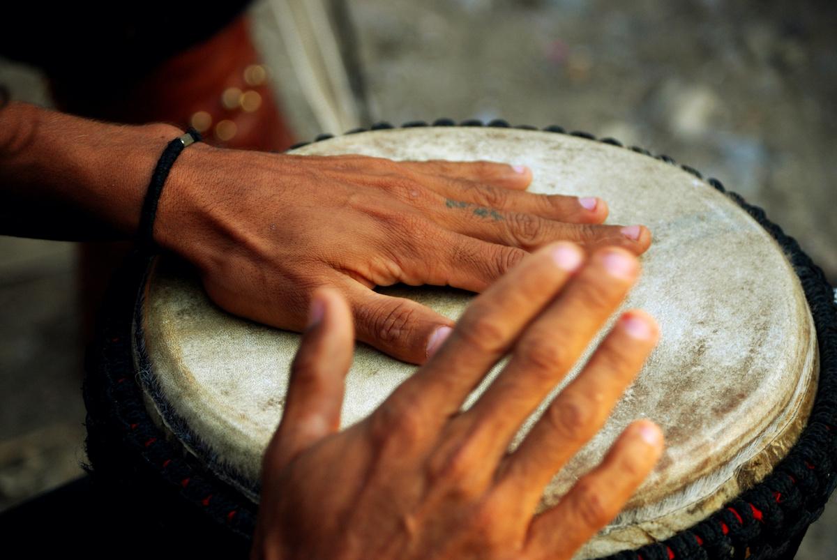 Come suonare i bongo: una guida di base alla batteria dei bongo