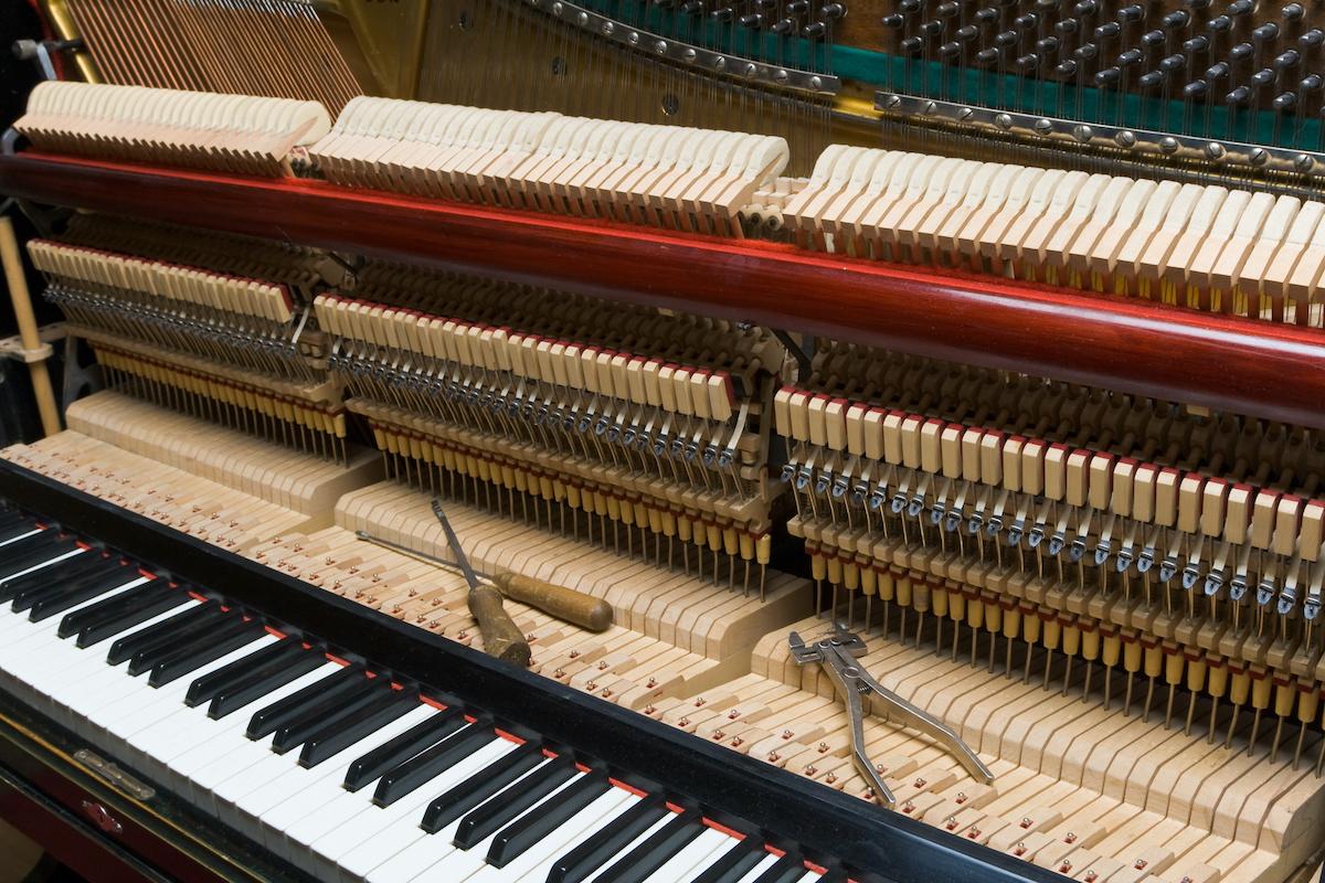 Guide de piano préparé : comment fonctionne un piano préparé ?