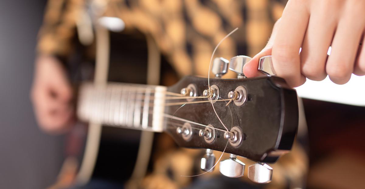 Kako podesiti gitaru na uho ili s tunerom