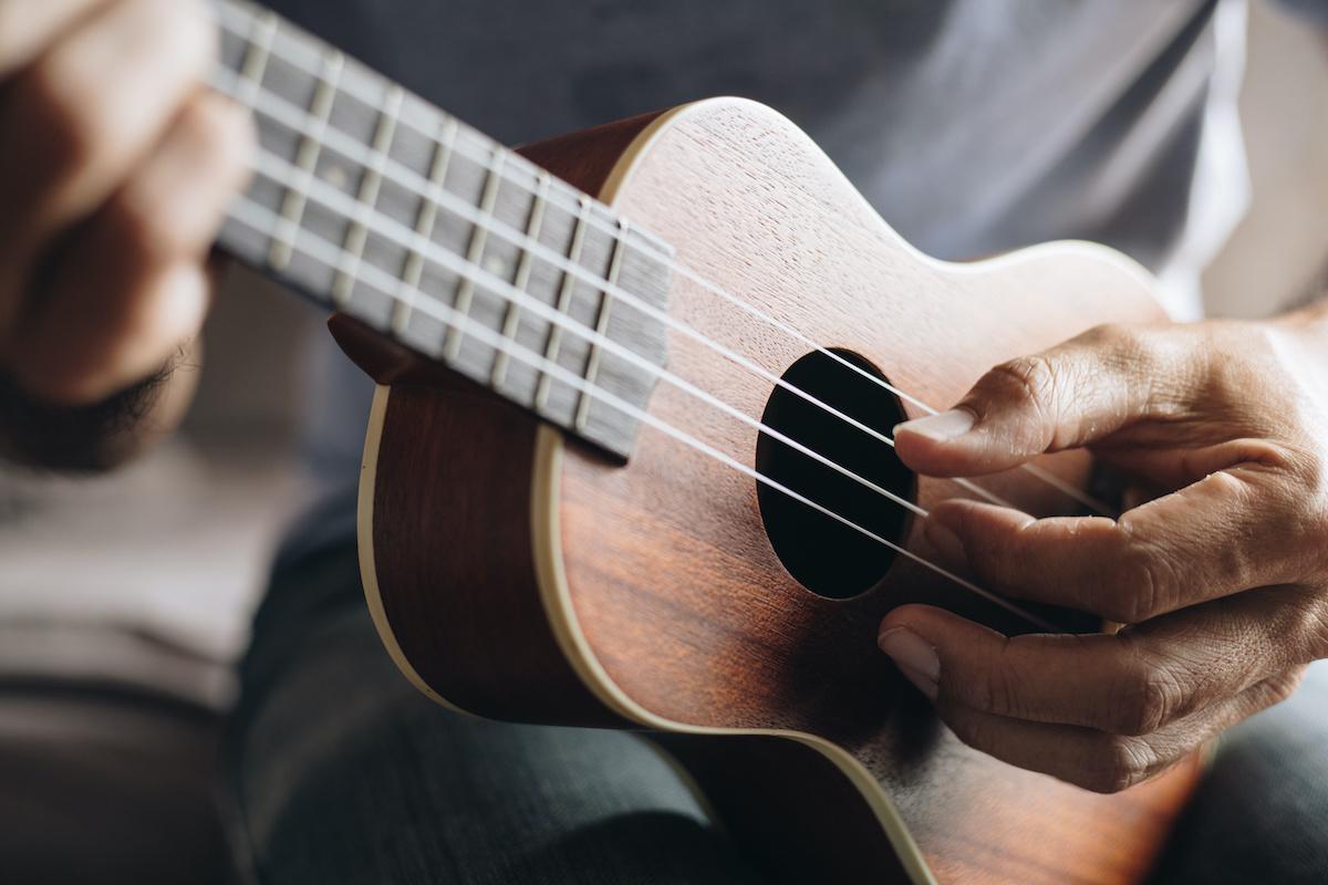 Comment jouer au ukulélé: un guide simple du ukulélé pour les débutants