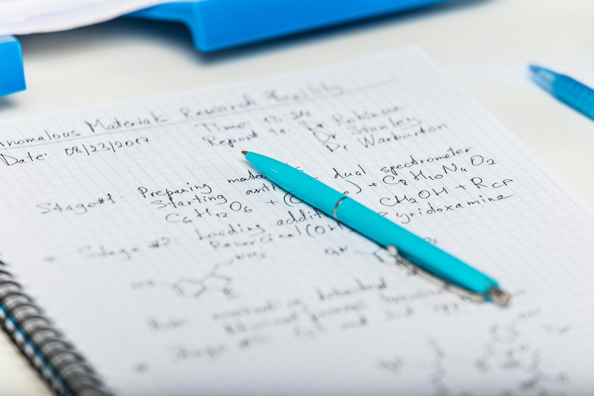Théorie contre hypothèse : les bases de la méthode scientifique