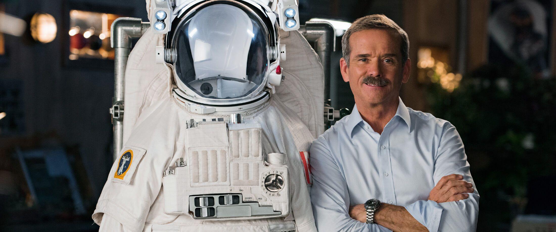 A NASA űrhajósa, Chris Hadfield megtanít az űrruhákra
