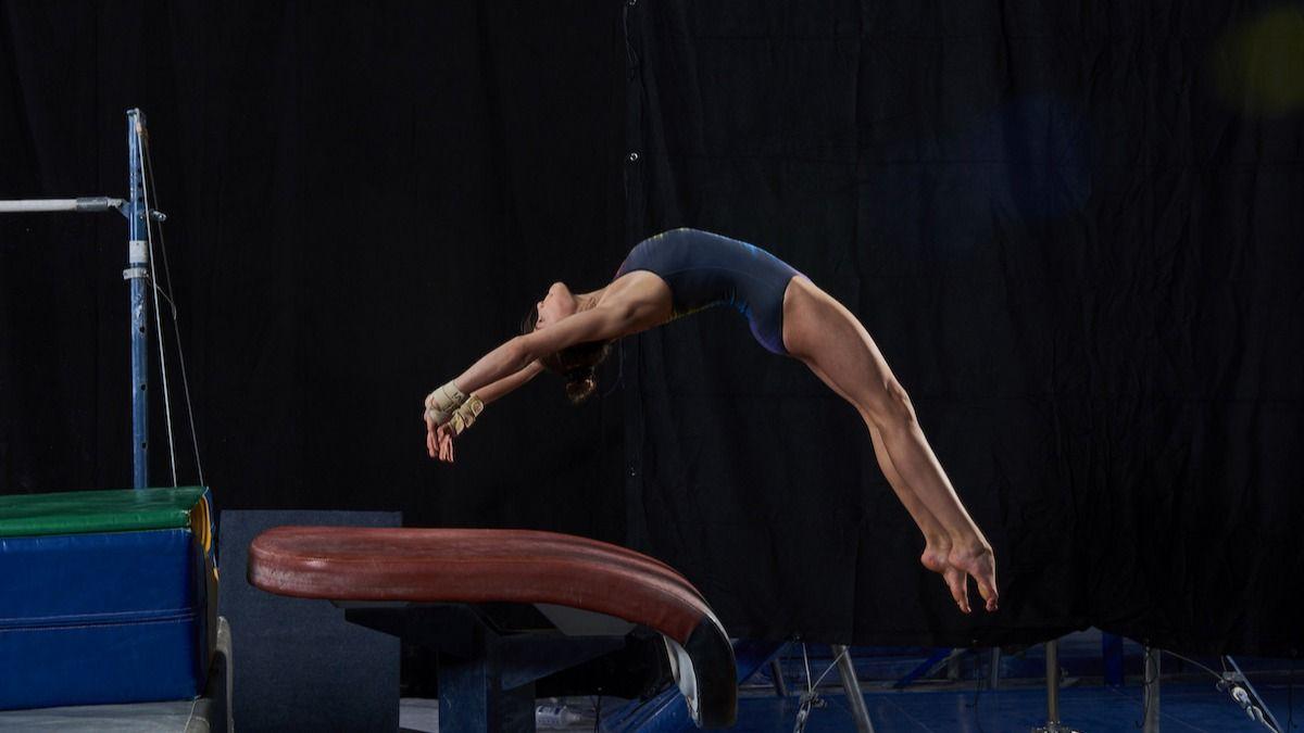 6 Gymnastics Vault Øvelser: Hvordan gjøre Gymnastics Vault Moves