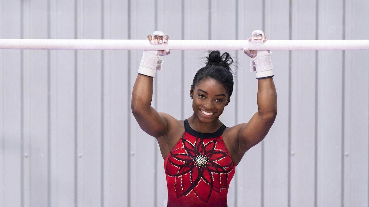 Olympijská gymnastka Simone Bilesova moderná cvičná tyčinka pre nerovnomerné bary