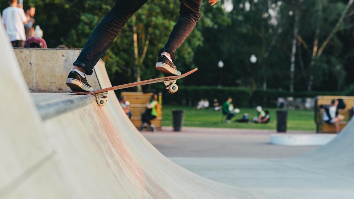 Les bases du patinage: comment se lancer sur une rampe de skateboard