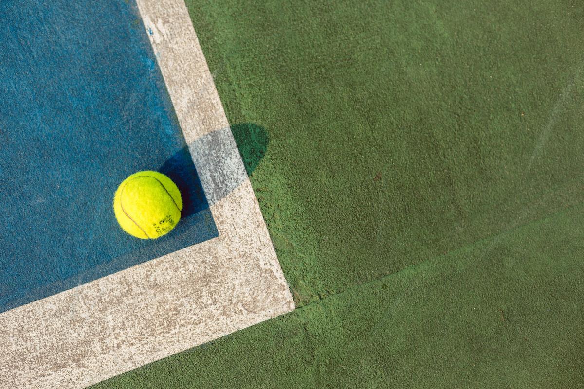 วิธีหลีกเลี่ยงการบาดเจ็บที่เกี่ยวข้องกับเทนนิส: 5 เคล็ดลับในการป้องกันการบาดเจ็บ