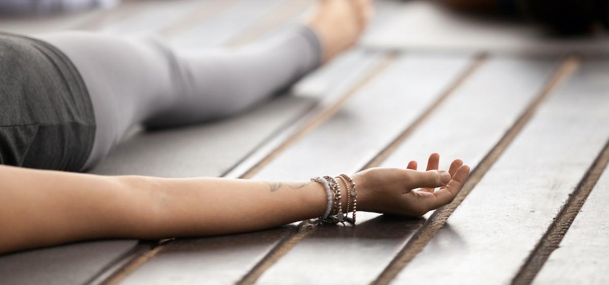 Comment pratiquer Savasana : 3 variations de pose de cadavre