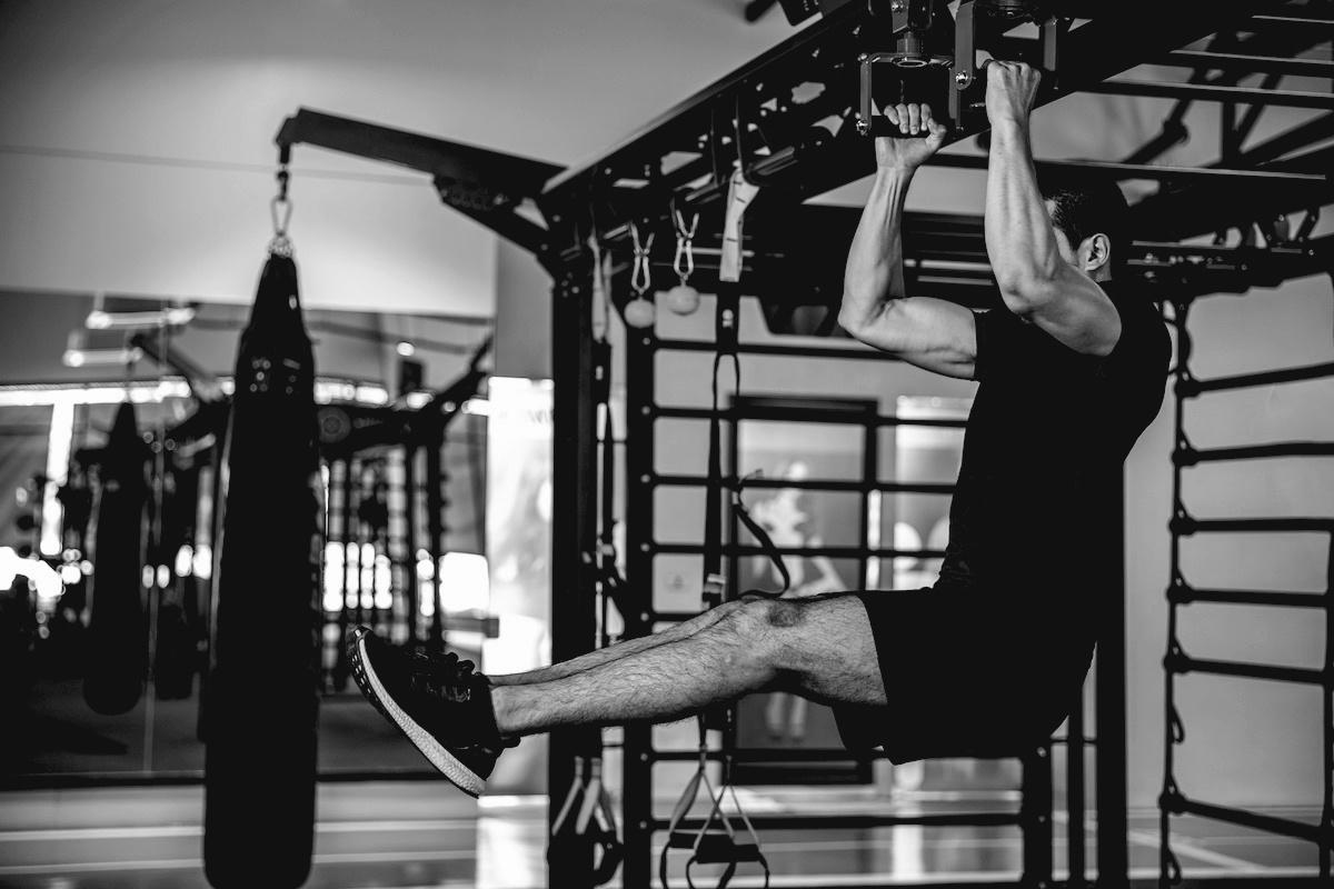 Guide des élévations de jambes suspendues: comment maîtriser les élévations de jambes suspendues