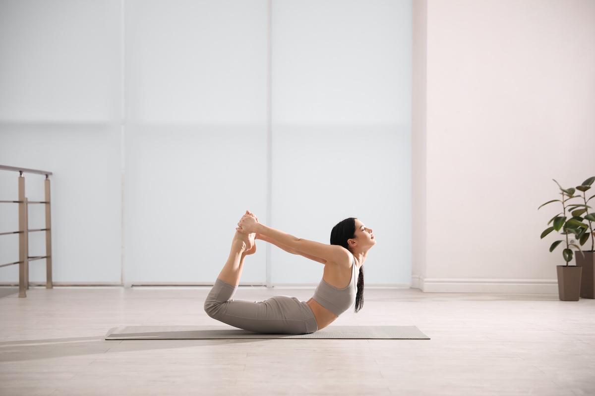 Comment faire Bow Pose: 5 avantages de Bow Pose dans le yoga