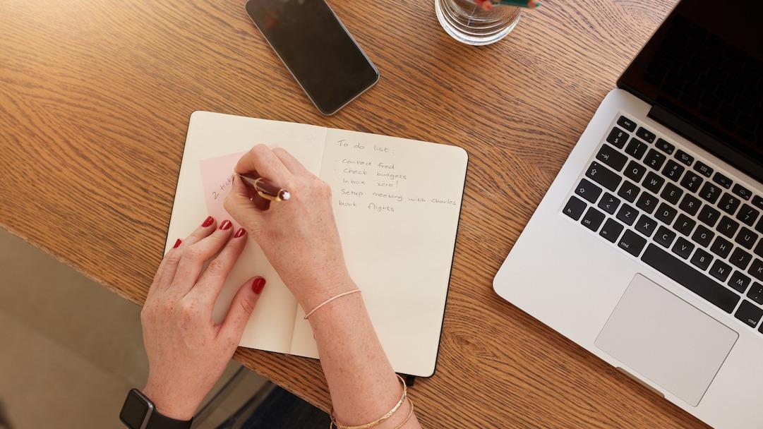 Come scrivere i pensieri dei personaggi: 6 modi per formattare il dialogo interno