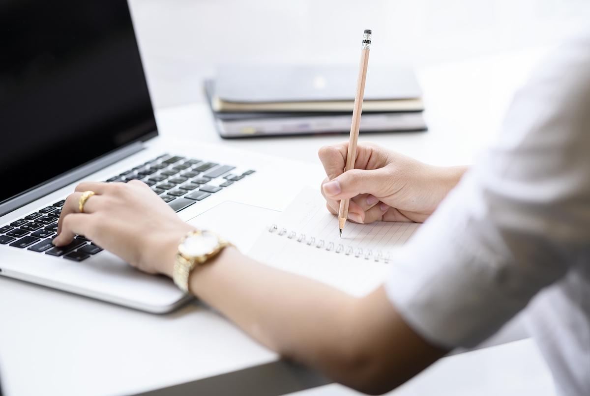 Comment développer une habitude d'écriture quotidienne: 10 conseils d'écriture quotidiens