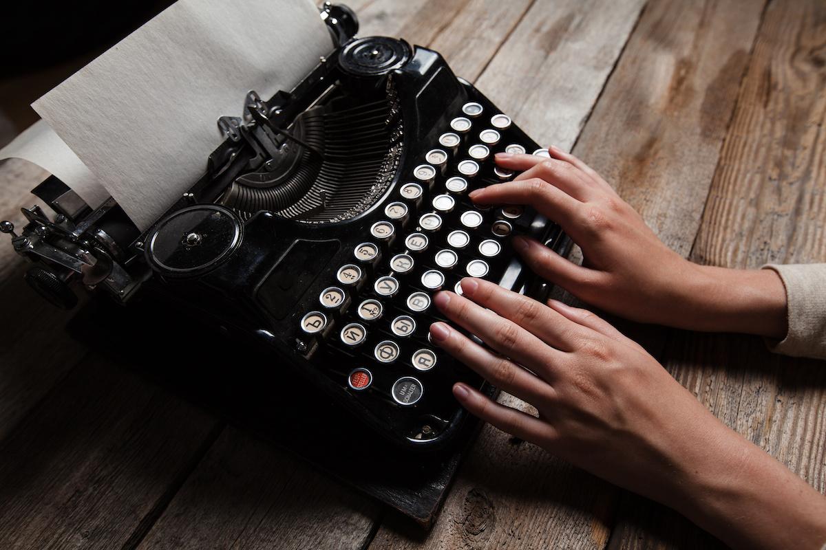 Comment écrire un roman au présent : avantages et inconvénients du présent
