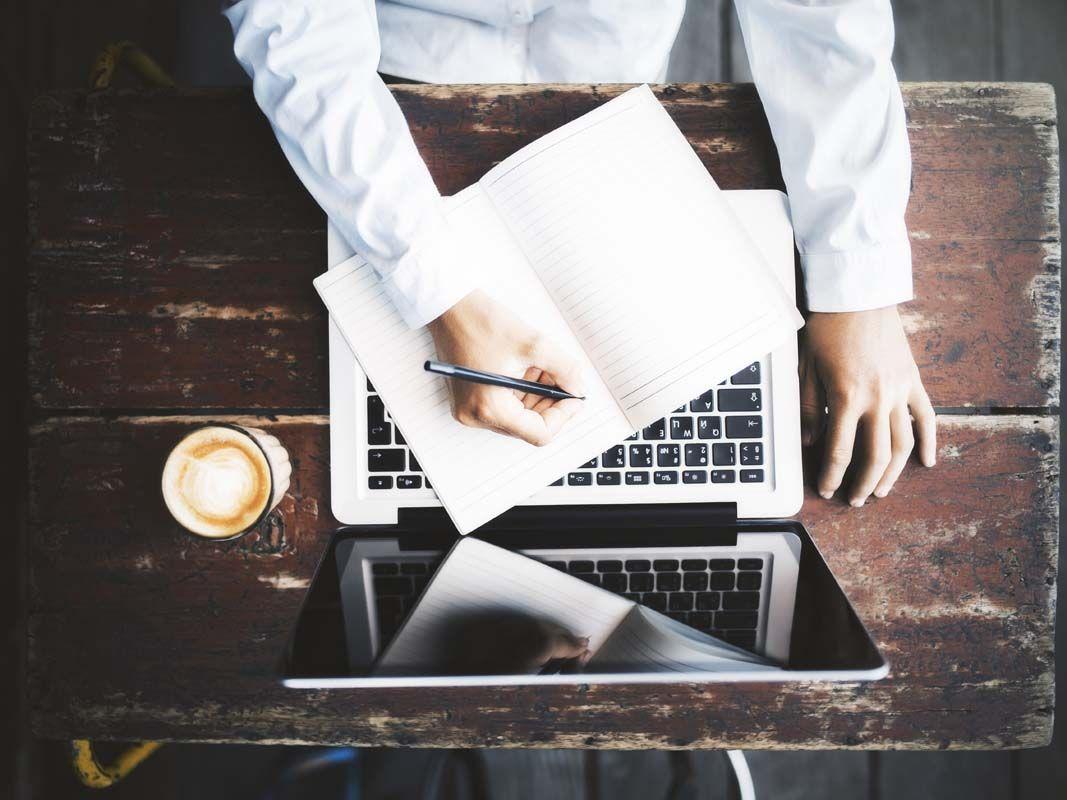 Kakšno je stališče tretje osebe pri pisanju? Kako pisati s pripovednim glasom od tretje osebe s primeri