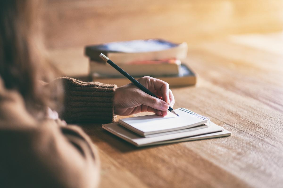 अपनी कहानी के लिए एक थीम कैसे विकसित करें